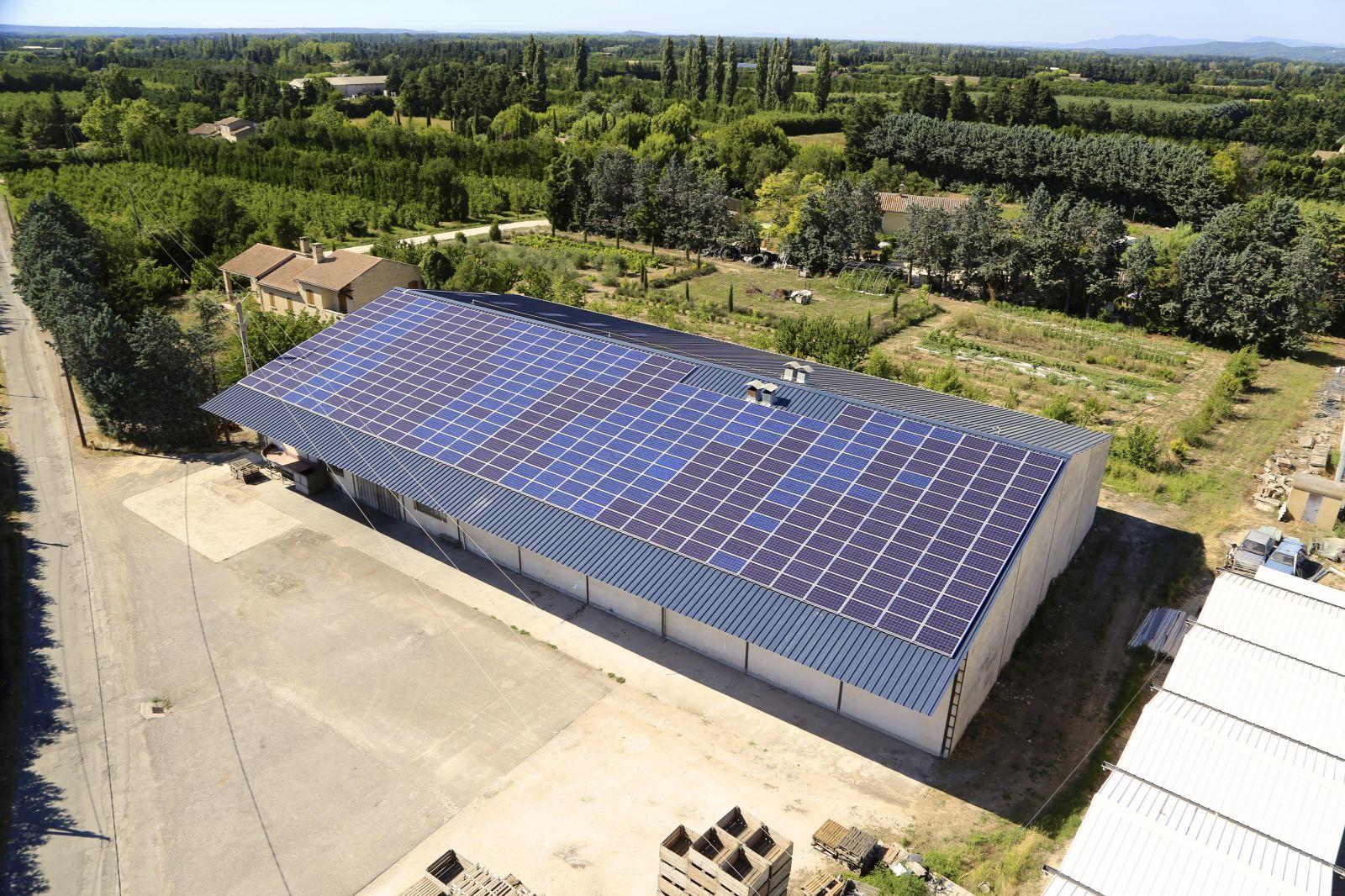 Montage d 39 un hangar agricole avec installation de panneaux solaires cavaillon installateur - Hangar photovoltaique agricole ...